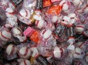cukierki w foliowych opakowaniach